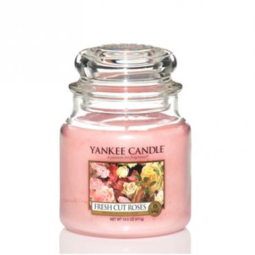 Średnia świeca Fresh Cut Roses Yankee Candle